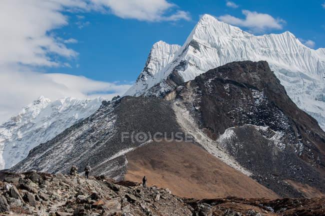 Group of tourists walking at mountains, Nepal, Khumbu, Lhotse — Stock Photo