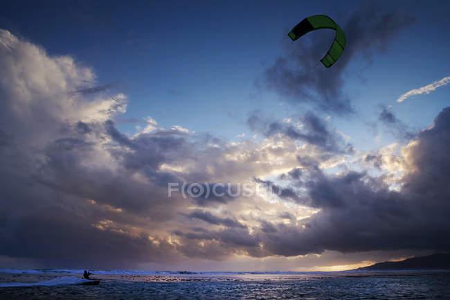 Silhueta de um kitesurfer, Praia de Los Lances, Tarifa, Andaluzia, Espanha — Fotografia de Stock