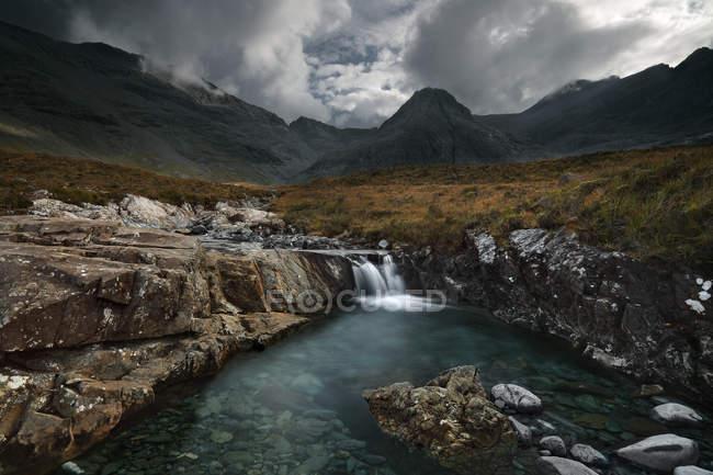 Vista escénica de las piscinas de hadas, Isla de Skye, Escocia, Reino Unido - foto de stock