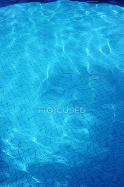 Крупный план голубой воды в бассейне — стоковое фото