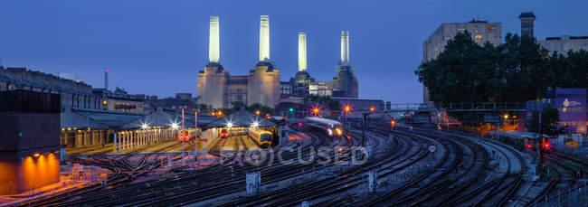 Живописный вид на Морскую электростанцию в сумерках, Лондон, Великобритания — стоковое фото
