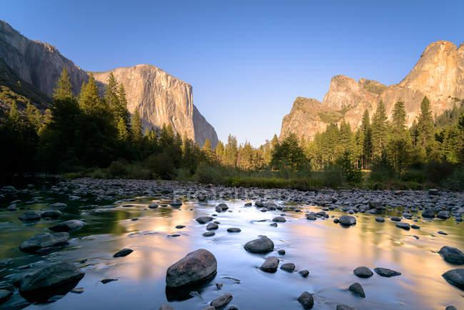 Vue majestueuse rivière valley, Parc National de Yosemite, en Californie, Amérique, USA — Photo de stock