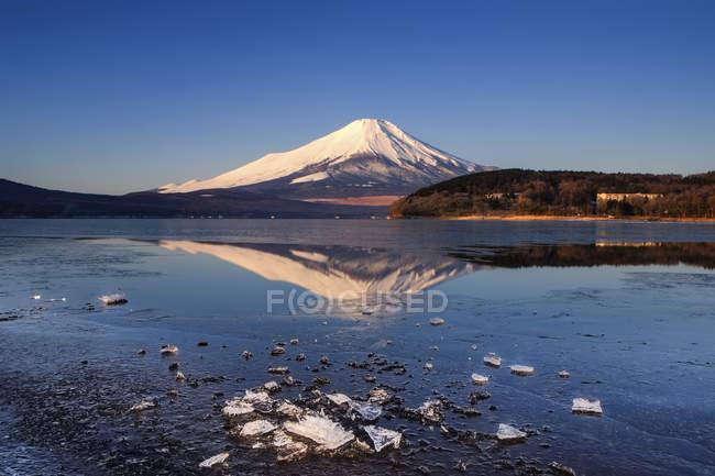 Живописный вид на гору Фудзи и озеро Яманака, Япония — стоковое фото