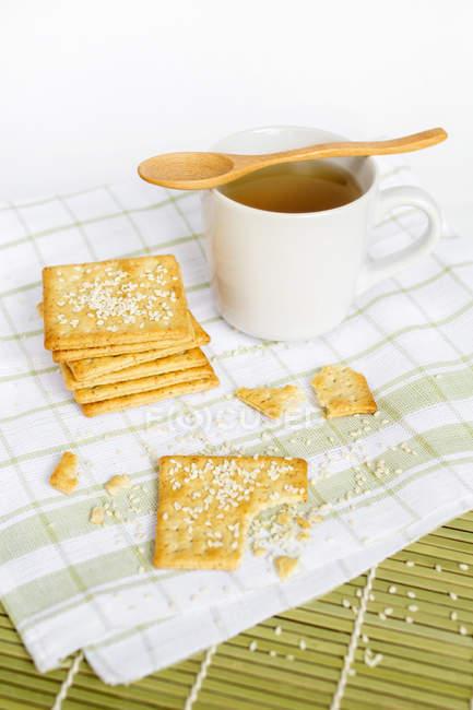 Vollkorncracker mit Sesam und Tee — Stockfoto