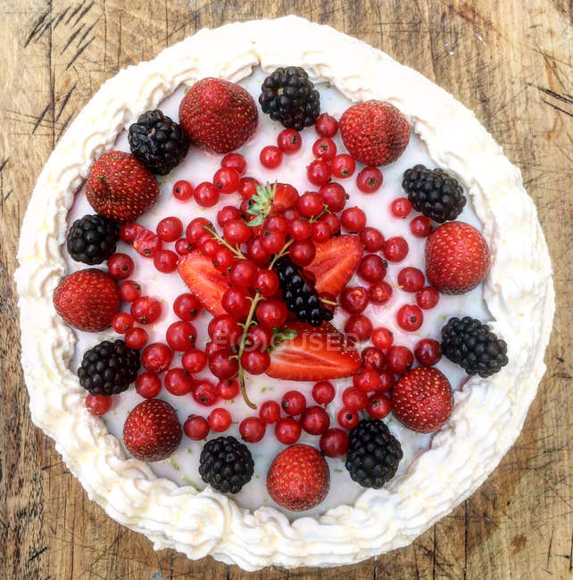 Tasty sweet cake with fresh berries, top view — Stock Photo