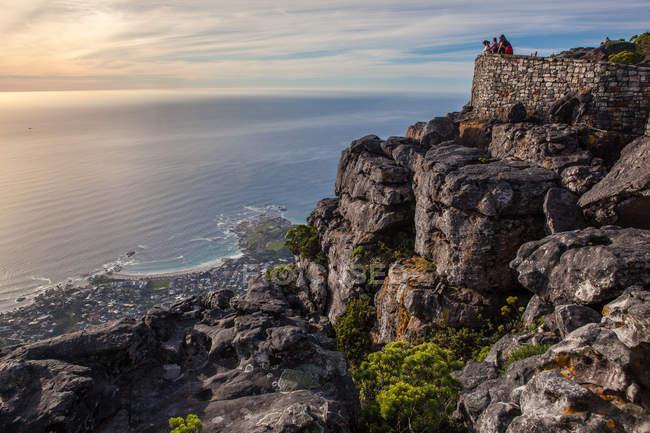 Südafrika, Cape Town, Menschen genießen die Aussicht vom Tafelberg — Stockfoto
