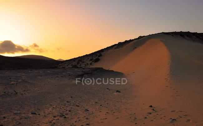 Живописный вид на закат над песчаными дюнами, Коральео, Фуэртевентура, Лас-Пальмас, Канарские острова, Испания — стоковое фото