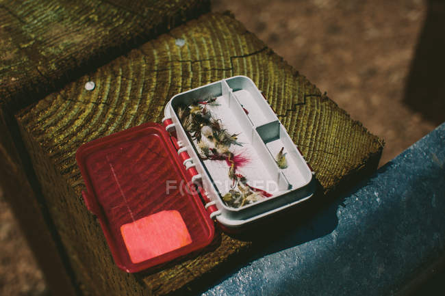 Vista de cerca de la caja de aparejos de pesca - foto de stock