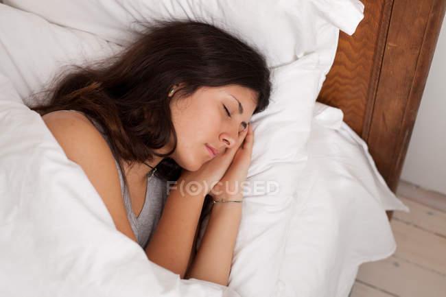 Nahaufnahme eines Teenagers, der im Bett schläft — Stockfoto