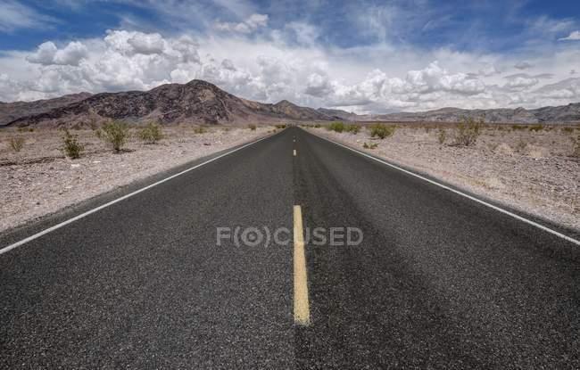 Живописный вид на пустую дорогу в национальном парке Death von, Калифорния, США — стоковое фото