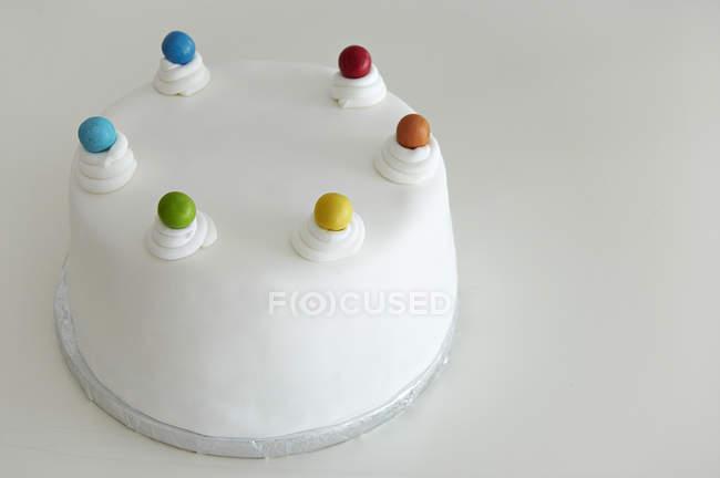 Красивые заманчиво помадной покрыты Радуга торт на белом фоне — стоковое фото