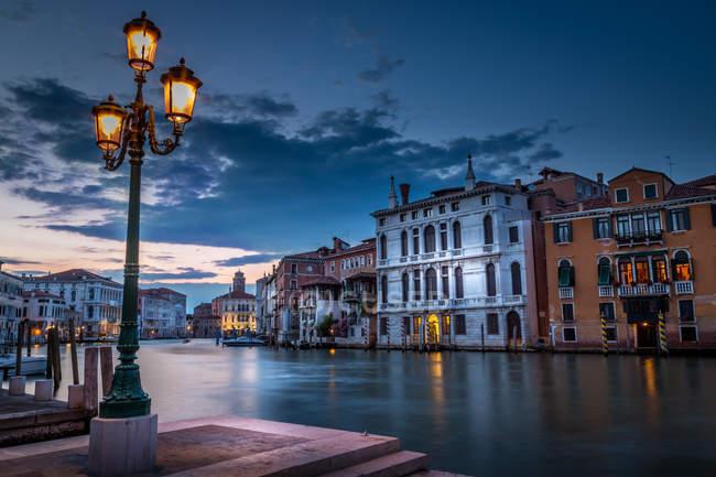 Vue panoramique du Grand Canal au crépuscule, Venise, Italie — Photo de stock