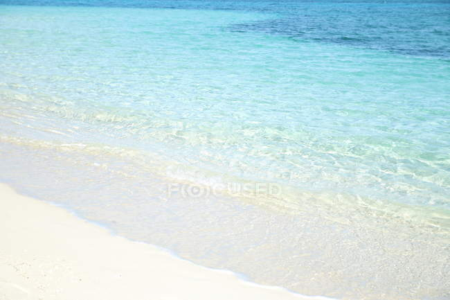 Scenic view of beach and clear blue sea water — Stock Photo