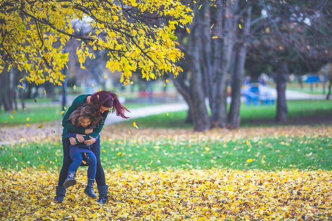 Madre e figlia si divertono nel parco — Foto stock