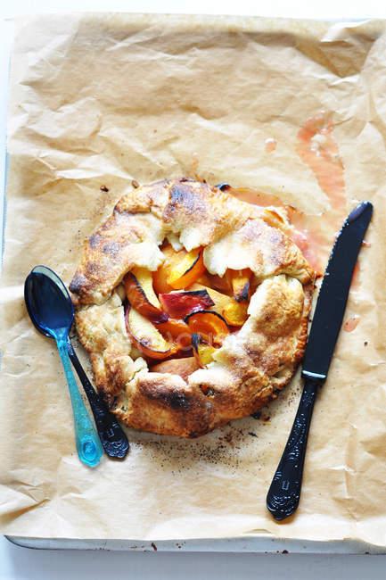 Вид зверху персика та абрикоса пиріг з кулінарії паперу — стокове фото