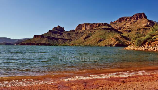 Vista panoramica di Stati Uniti, Arizona, di montagna da lakeshore — Foto stock