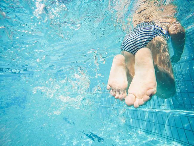 Unterwasser-Blick des Mädchens in einem Schwimmbad — Stockfoto