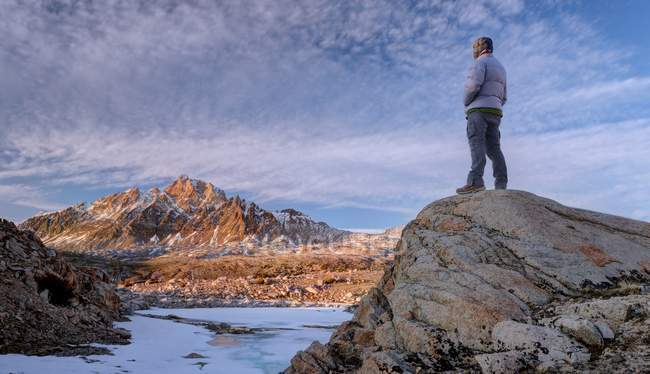 Man standing on rock and looking at mount humphreys, Sierra National Forest, California, USA — Stock Photo