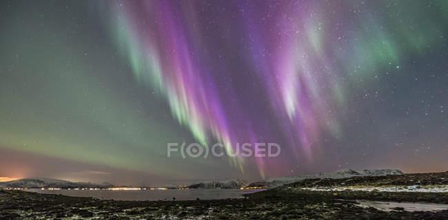 Aurora púrpura, Stamnes, Sortland, Noruega - foto de stock