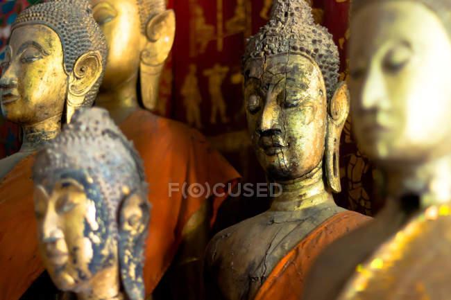Estatuas doradas de Buda en Laos - foto de stock