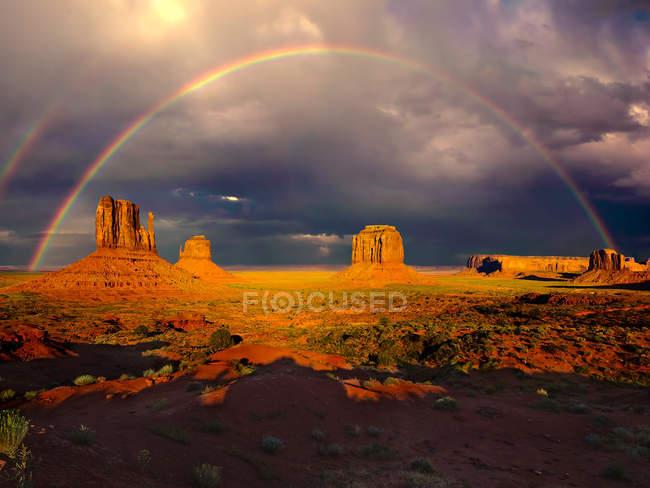 Сценический вид радуги над памятником вандалам, Аризона, Америка, США — стоковое фото