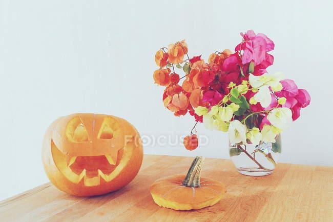 Хэллоуин концепции, тыквенный Джек о фонарь и цветы — стоковое фото