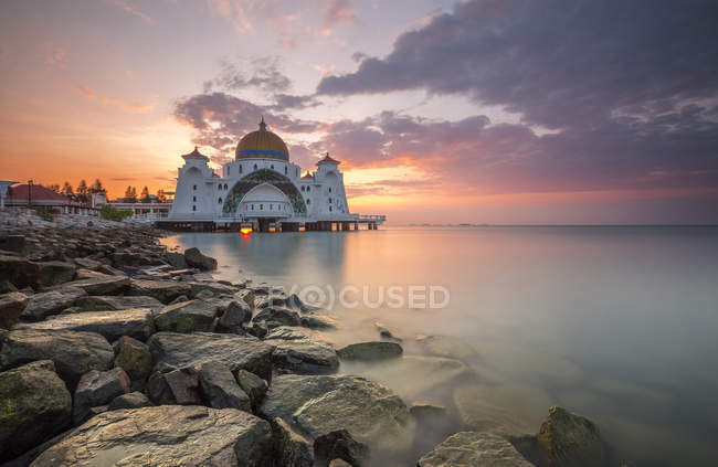 Scenic view of Melaka Strait Mosque, Malacca, Malaysia — Stock Photo