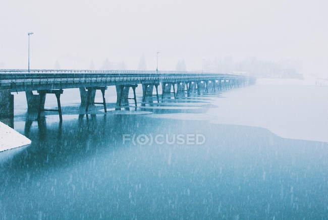 Puente sobre el río congelado en Euthal, Einsiedeln, Suiza - foto de stock