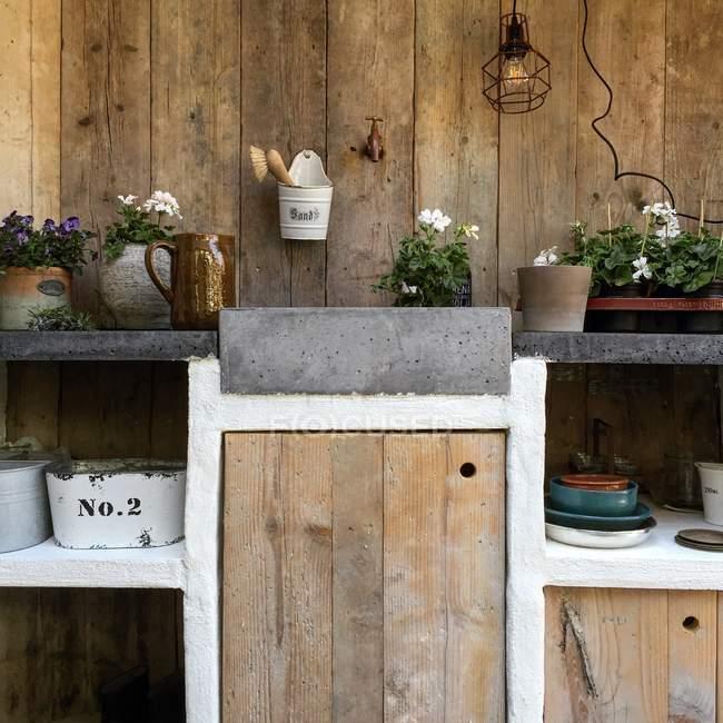 Cozinha ao ar livre usada para jardinagem e cultivo de plantas — Fotografia de Stock