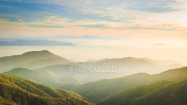 Пейзажний вид від краю поблизу вістря озеро, штат Каліфорнія, Америка, США — стокове фото