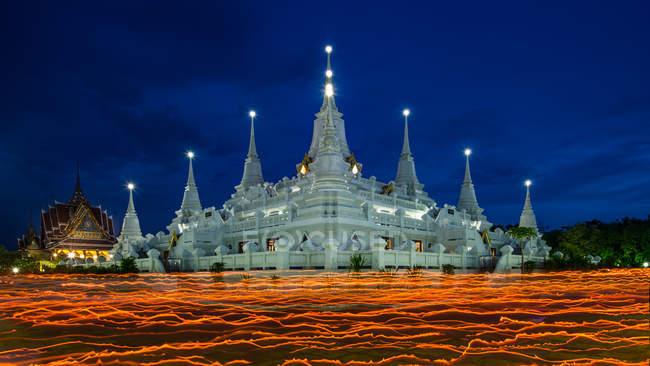 Majestic buddhist temple at dusk in Vesak Day, Thailand — Stock Photo