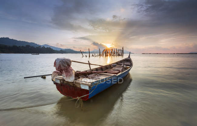 Fishing boat moored on beach, Black Sand Beach, Langkawi, Malaysia — Stock Photo