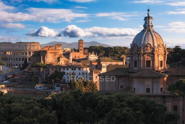 Vue panoramique sur le Colisée et le paysage urbain, Rome, Latium, Italie — Photo de stock