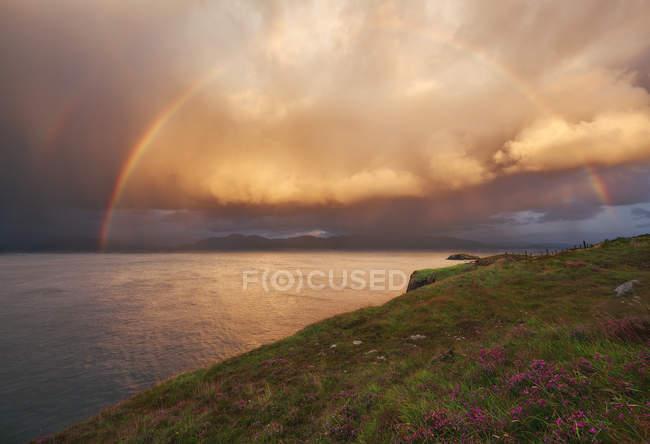 Vue panoramique de l'arc-en-ciel au coucher du soleil sur l'Irlande — Photo de stock