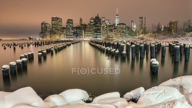 Манхеттен вночі, як видно з Brooklyn Bridge Park, Нью-Йорк, США — стокове фото