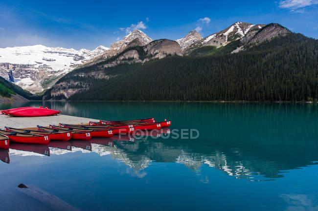Canoas no Lago Louise, montanhas rochosas canadenses, Parque Nacional de Banff, Alberta, Canadá — Fotografia de Stock