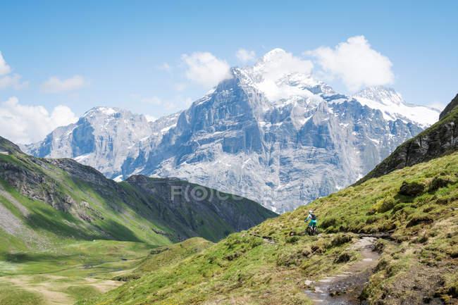 Woman mountain biking in swiss alps, Grindelwald, Switzerland — Stock Photo