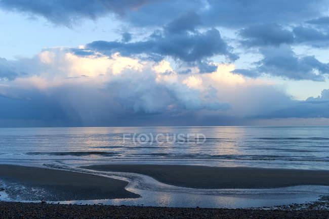 Мальовничий вид на cloudscape над море, затоку норманів, Східний Сассекс, Англія, Великобританія — стокове фото