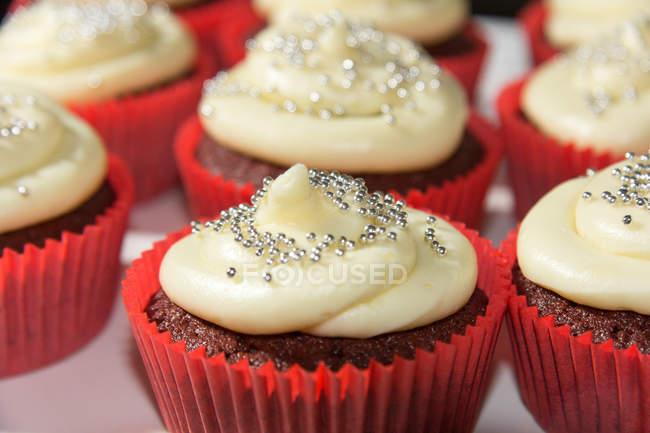 Close-up de bolinhos de chocolate com glacê, comida elegante — Fotografia de Stock