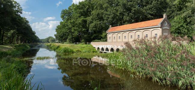 Vista panorámica del campo canal, Tilligte, Overijssel, Países Bajos - foto de stock