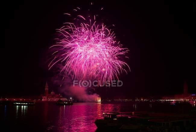 Великолепный вид на фейерверк, Венеция, Италия — стоковое фото