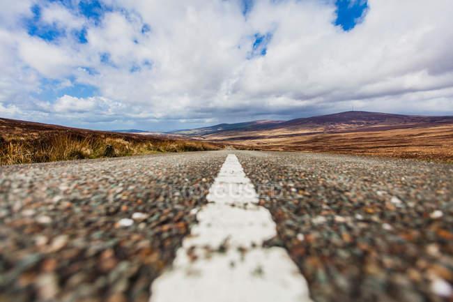 Вид на ровную поверхность пустой прямой дороги — стоковое фото
