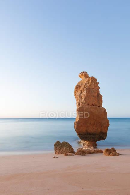 Portugal, vista cénica do Algarve, Praia da Marinha, do rock de pilha na praia — Fotografia de Stock