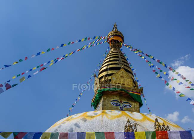 Ступа Боднатх украшены флагами, Катманду, Непал — стоковое фото