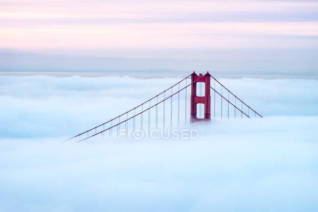 Golden Gate Bridge a través de la niebla, San Francisco, California, Estados Unidos, Estados Unidos - foto de stock