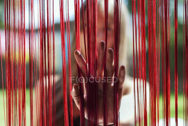 Nahaufnahme des weiblichen Hand öffnenden Vorhangs — Stockfoto