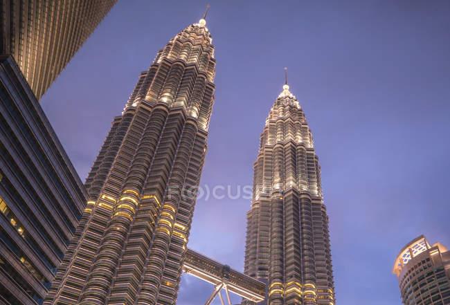 Vista de ángulo bajo de las Torres Petronas de noche, Kuala Lumpur, Malasia - foto de stock