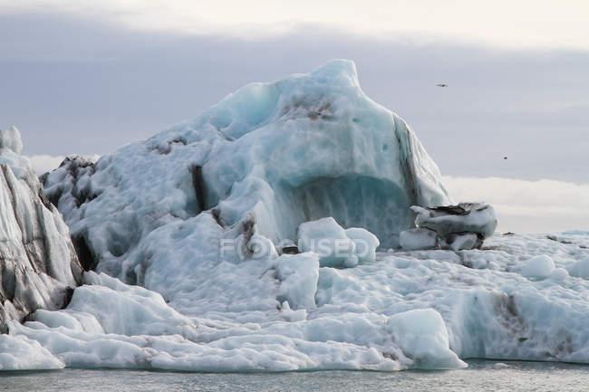 Vista panoramica dell'iceberg galleggiante nella laguna di Joekulsarlon, Islanda — Foto stock