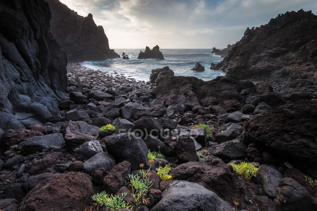 Живописный вид черного вулканического пляжа Тенерифе, Канарские острова, Испания — стоковое фото