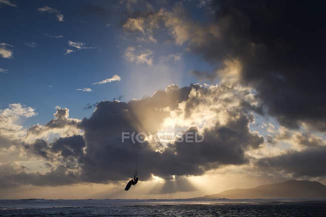 Силуэт кайтсерфера в воздухе, пляж Лос-Лансес, Фауфа, Андалусия, Испания — стоковое фото